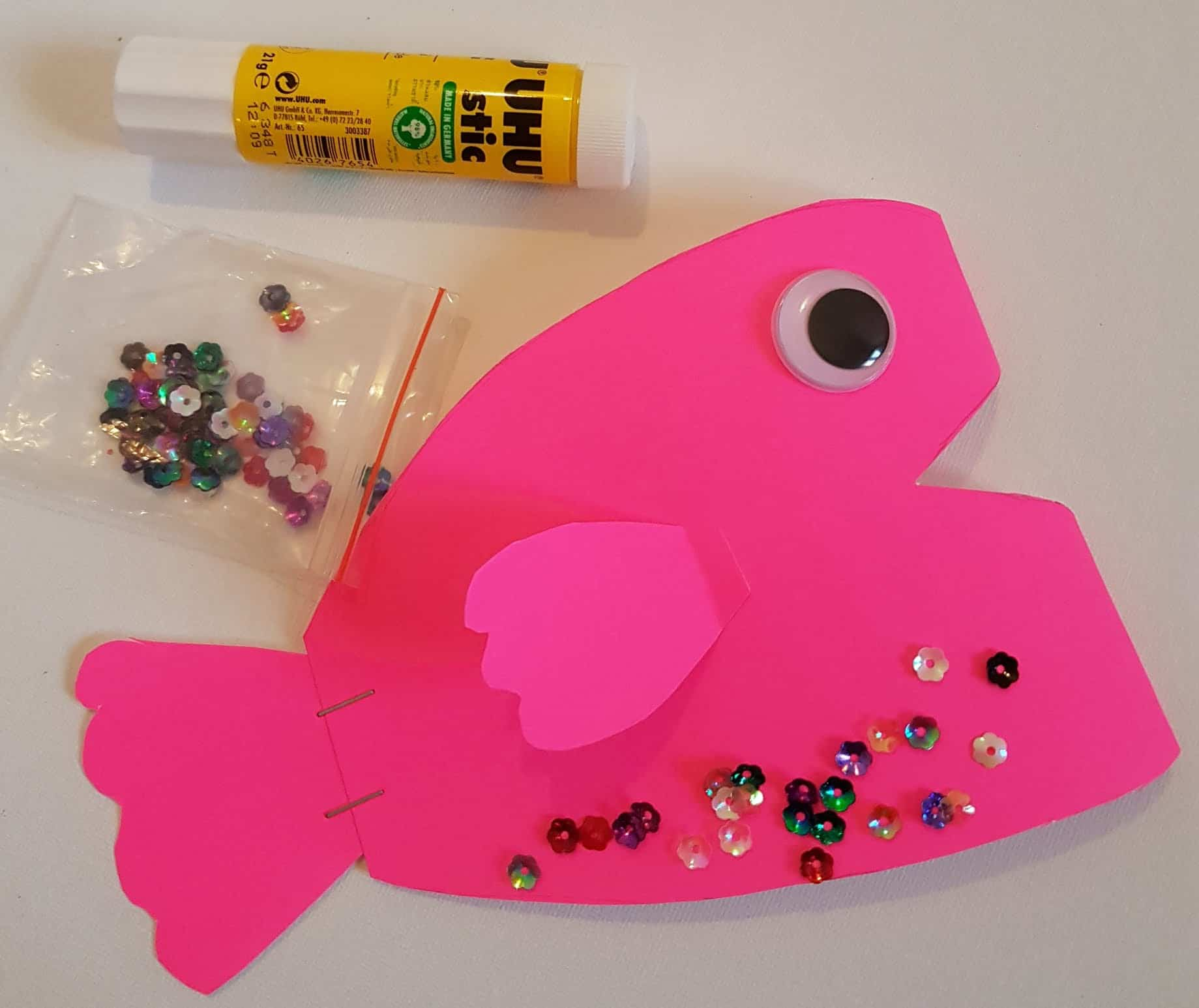 This Easy Paper Fish Craft is perfect for preschoolers and kids of all ages. This easy Fisch craft for preschoolers is a fun way to introduce the different body parts of a fish as well to young kids. #fishcaft #fishcraftforpreschollers #paperfishcraft