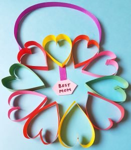 Paper Heart Wreath for mother's day is so much fun to make. #papercraft #mothersdaycraft #paperwreath